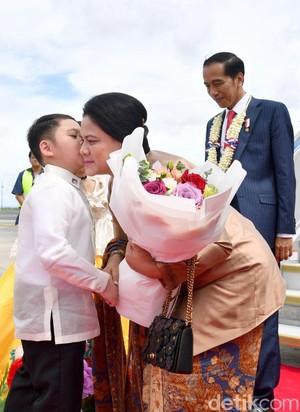 Jokowi-Iriana Disambut Tarian dan Seikat Bunga Saat Tiba di Filipina