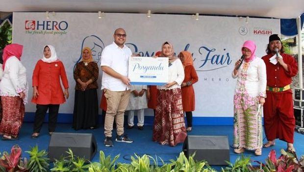 Tony Mampuk, GM Corporate Affairs Hero Supermarket secara simbolis memberikan penghargaan kepada Posyandu Terbaik 2017 untuk Wilayah Jakarta, yang dimenang oleh Posyandu Belimbing, Kelurahan Pondok Pinang, Jakarta Selatan. Pemilihan Kader dan Posyandu terbaik di Wilayah Jakarta Selatan melibatkan 28 posyandu dan lebih dari 200 kader.