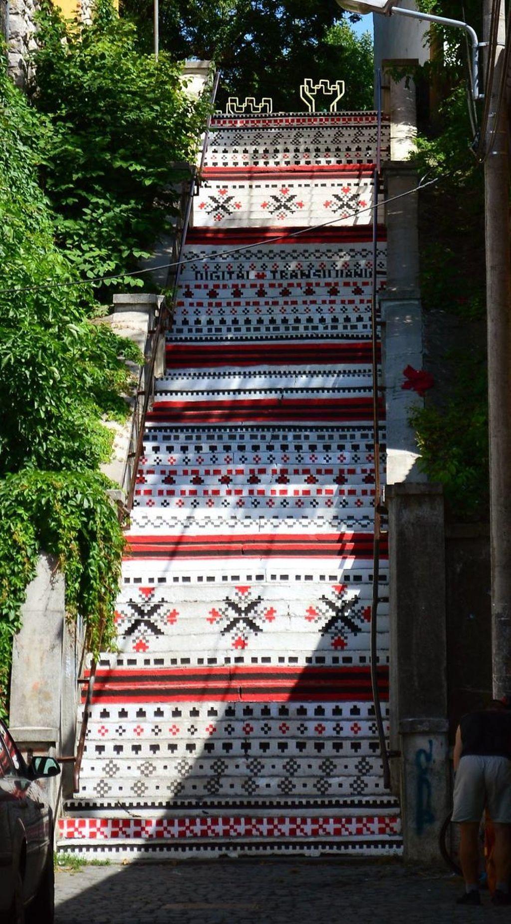 Tangga di sebuah wilayah di Rumania jadi cantik dengan lukisan. Foto: istimewa