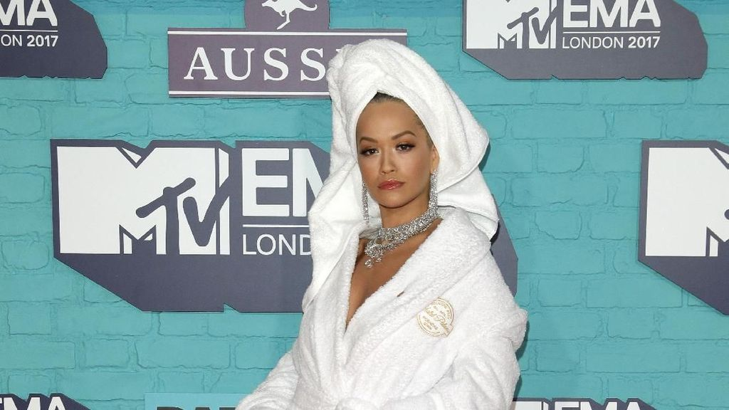 Yay or Nay? Rita Ora Tampil di Red Carpet MTV EMA hanya Pakai Handuk