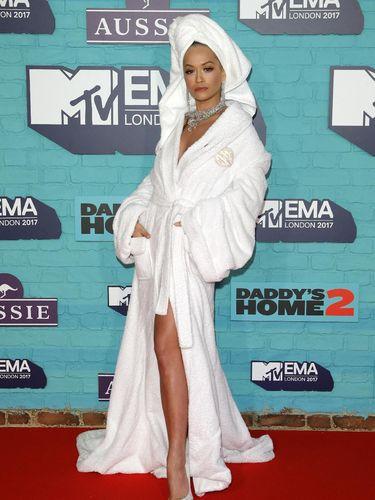Rita Ora di karpet merah MTV EMA 2017.