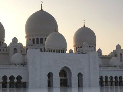 Biasa Tampil Seksi, Sosialita Cantik Jamie Chua Berhijab Saat ke Abu Dhabi