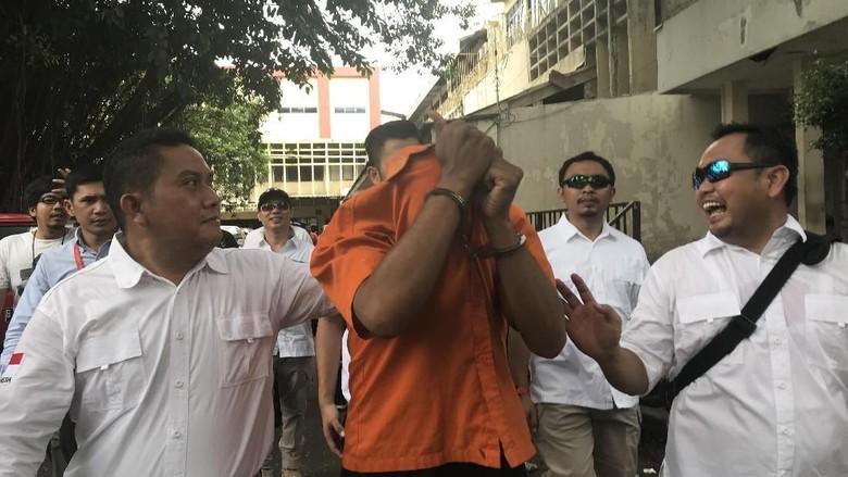 Jalani Prarekonstruksi Penyerahan Diri di Polda, dr Helmi Tutupi Wajah