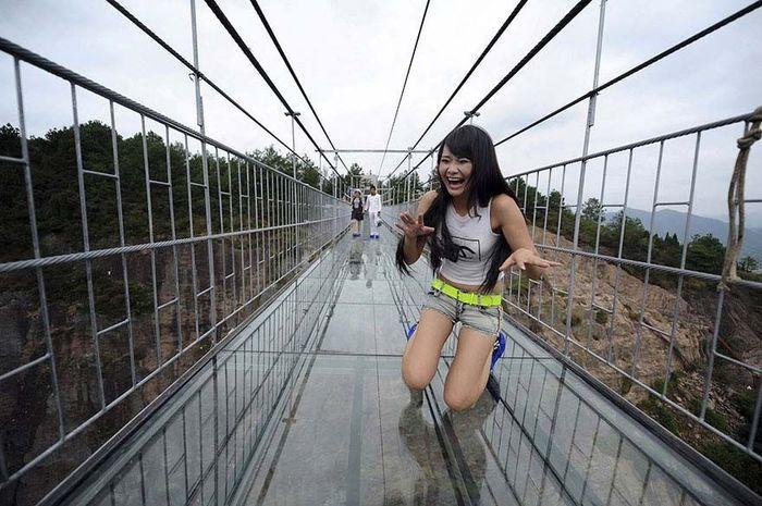 Jembatan ini menjadi jembatan kaca terpanjang di dunia. Istimewa/Boredpanda.