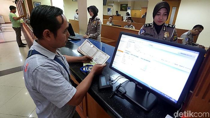 Sistem digitalisasi penerbitan Buku Pemilik Kendaraan Bermotor (BPKB), resmi diluncurkan, di Polda Metro Jaya, Senin (12/11/2017). Pembuatannya pun hanya cukup 2 menit.