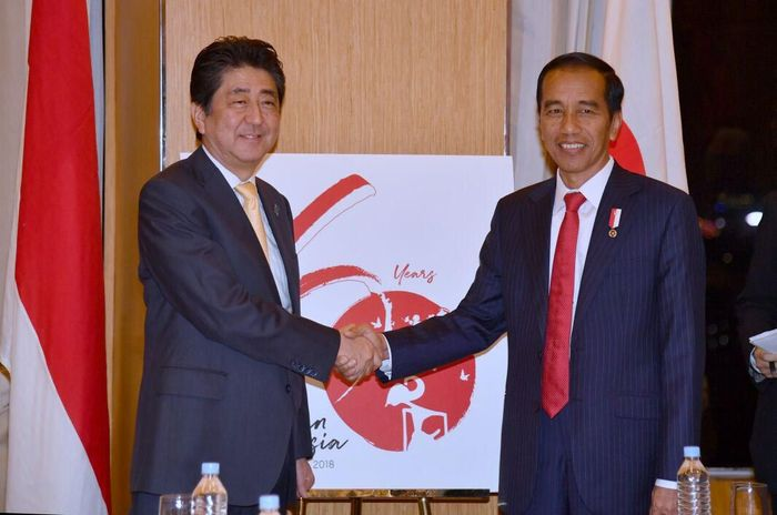 Presiden Joko Widodo dan Perdana Menteri Shinzo Abe bertemu di Hotel Diamond, Manila, Filipina pada Minggu, 12 November 2017. Laily Rachev/Biro Pers Setpres.