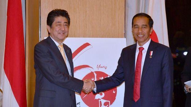 Presiden Jokowi bertemu PM Jepang Shinzo Abe di Hotel Diamond, Manila, Filipina. Abu memuji iklim investasi di Indonesia.