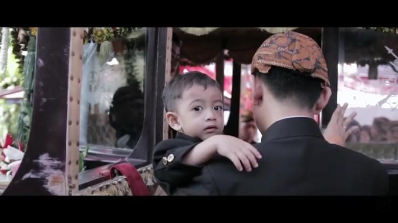Berbeskap, Jan Ethes Cucu Jokowi Tampil Menggemaskan di Vlog Kaesang
