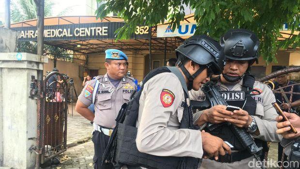 Polisi berjaga di lokasi penembakan terhadap dr Letty jelang prarekonstruksi, Senin (13/11/2017)