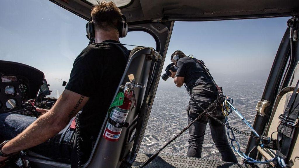 Kisah Pria Ekstrem: Badan Keluar Helikopter Demi Foto Keren
