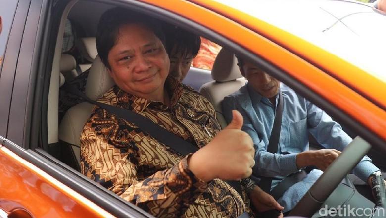 Menperin Airlangga Hartarto saat menjajal mobil listrik Nissan Note (Foto: Dina Rayanti)