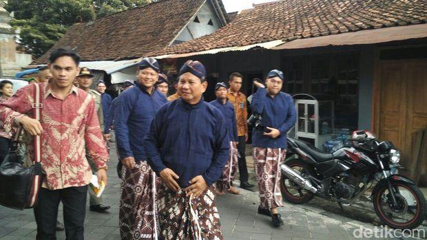 Prabowo saat keluar dari kompleks Makam Raja Mataram di Kotagede.