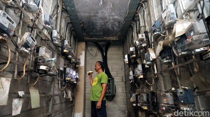 PLN Segera Lakukan Penyerdahanaan Golongan Pelanggan  Petugas mengecek meteran listrik di rusun petamburan, Jakarta Pusat, Senin (13/11/2017). Pemerintah melalui Kementerian Energi dan Sumber Daya Mineral (ESDM) berencana melakukan penyederhanaan kelas golongan pelanggan listrik rumah tangga non-subsidi. Grandyos Zafna/detikcom  -. Penyederhanaan ini berlaku kepada pelanggan dengan golongan 900 VA tanpa subsidi, 1.300 VA, 2.200 VA, dan 3.300 VA. Semua golongan tersebut akan dinaikkan dan ditambah dayanya menjadi 4.400 VA.