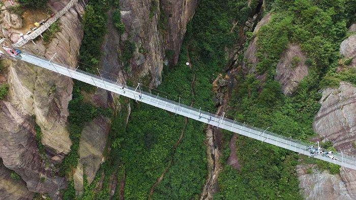 Berlokasi di Shiniuzhai Geopark di Hunan, China. Panjangnya 300 meter dengan tinggi 180 meter dari permukaan tanah. Istimewa/Boredpanda.