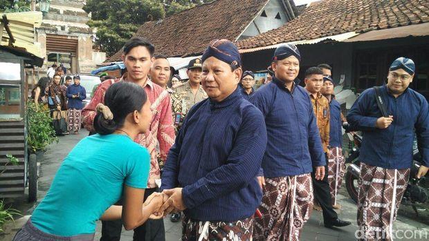 Prabowo menyapa warga Kotagede, Yogyakarta.