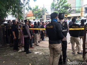 Prarekonstruksi Dokter Tembak Mati Istri, Garis Polisi Dipasang