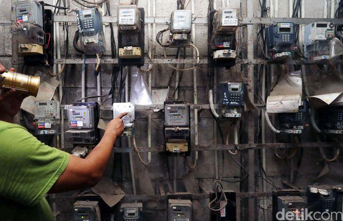 Petugas mengecek meteran listrik di Rusun Petamburan, Jakarta Pusat, Senin (13/11/2017).