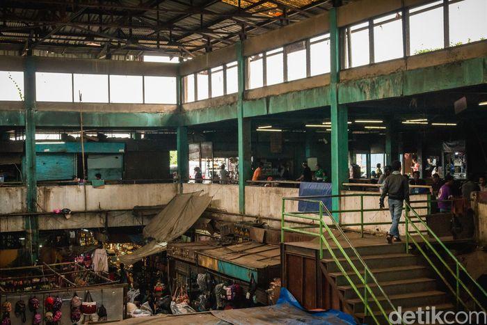 Bangunan Pasar Senen Blok VI terlihat tidak terawat.