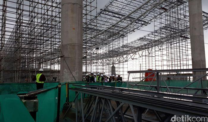Para pekerja membangun Bandara Internasional Jawa Barat (BIJB) Kertajati, Senin (13/11/2017).
