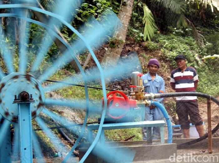 Warga Desa Gumingsir Kecamatan Wanadadi, Banjarnegara kini tidak kesulitan air bersih karena memanfaatkan kincir air untuk memenuhi kebutuhan air.
