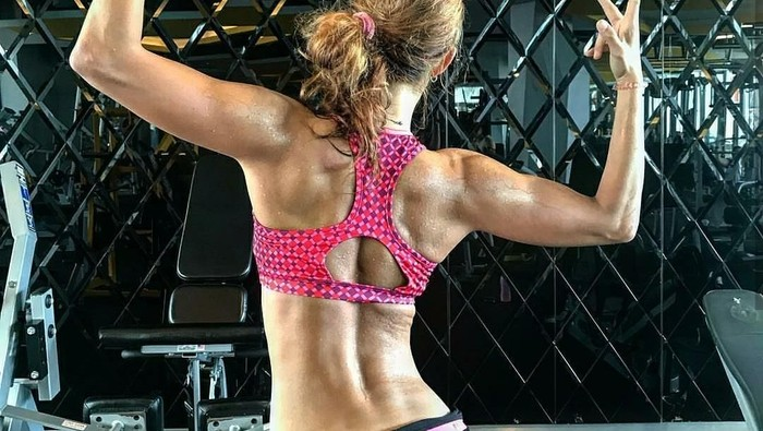 Ada beberapa gerakan yang dapat membantu mengencangkan otot tubuh bagian bawah. (Foto: Instagram/drg_yoan)