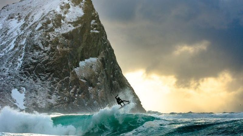 Bahkan dia juga mendaki gletser, mengenakan pakaian selam kemana-kemana, dan memerangi badai salju. Awal akrirnya dia memulai dari kecintaannya terhadap laut, kemudian dia masuk setiap hari ke laut untuk memapah kemampuannya bertahan di air dan fotografinya. Total! (Chris Burkard)