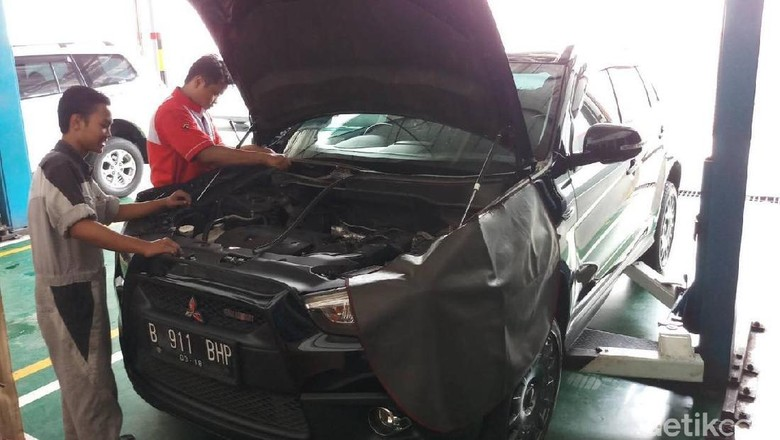 Proses penggantian front motor wiper assy. (Foto: MitOSI)