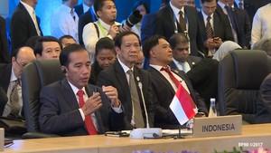 Saat Jokowi Keluarkan Jimat di Sela Rapat Maraton KTT ASEAN
