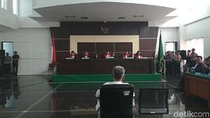 Suasana Saat Hakim Baca Lembar Demi Lembar Berkas Vonis Buni Yani