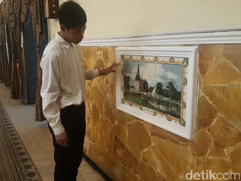 Hotel Ini Simpan Puluhan Lukisan Keramik Zaman Belanda