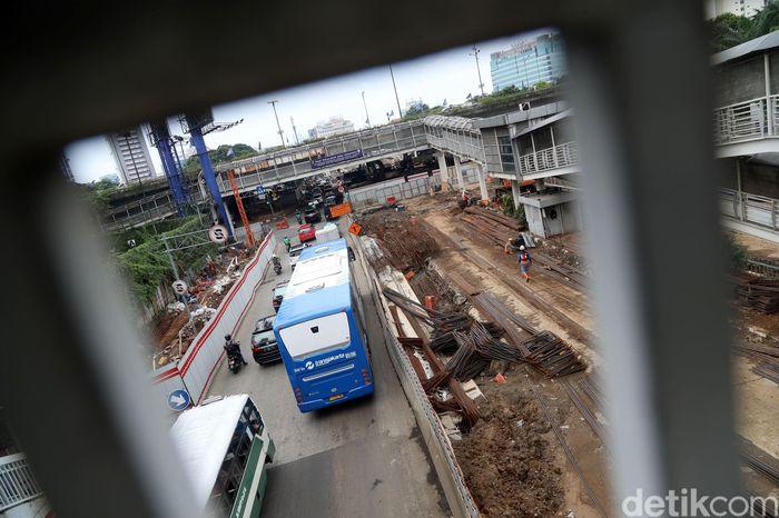 Proyek pembangunan underpass ini menghubungkan Jalan Raya Mampang dan Jalan HR Rasuna Said.