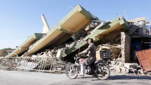 Foto: Iran Luluh Lantak Usai Gempa 7,3 SR yang Tewaskan 407 Orang