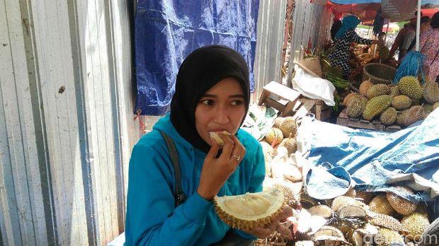 Menikmati makan durian Purworejo