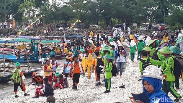 Bersih-besrsih Sampah di Pesisir Bulak, Gus Ipul Puji Risma