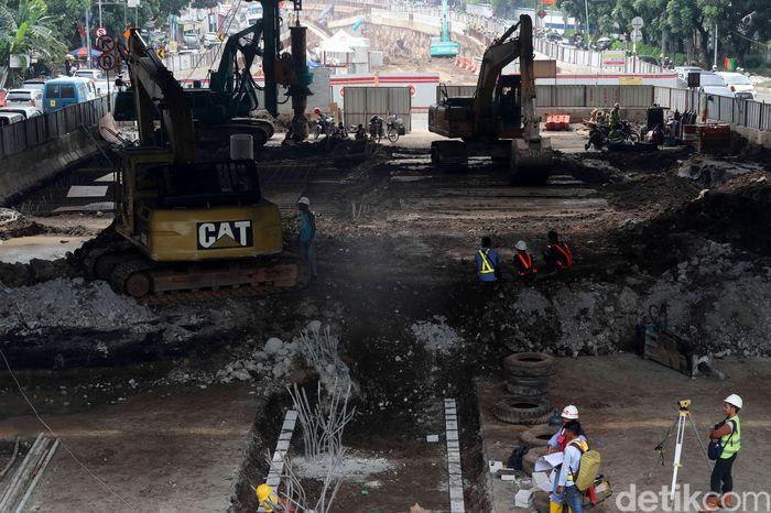 Sejumlah ekskavator terus beroperasi membangun underpass.