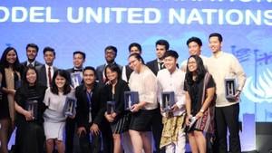 Berpakaian Adat Sunda, Mahasiswa Ini Wakili RI Jadi Juri Sidang IMF