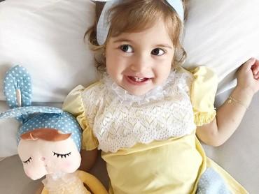 Udah mirip belum, Bun, gadis cilik yang satu ini sama bonekanya? (Foto: Instagram/ @pityticos)