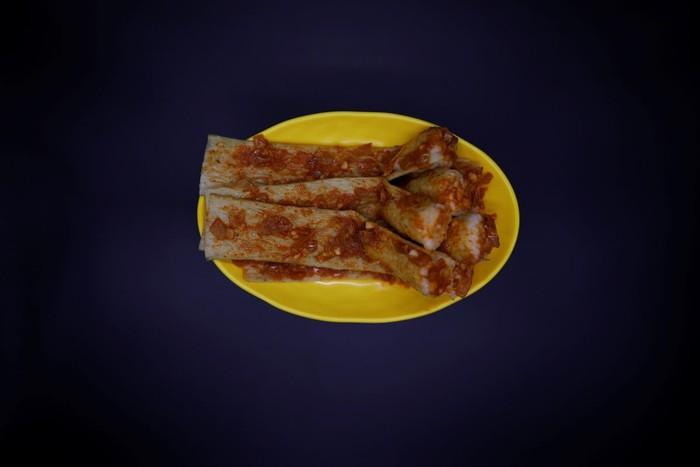 70% warga Korea Utara masih mengandalkan makanan dari negara. Tapi ada makanan yang dijual di pasar. Salah satunya injogogibab. Berupa minyak biji kedelai yang dipadatkan lalu diberi saus ikan atau pasta cabai. Jajanan ini sering dijadikan pengganti daging. Foto: Reuters