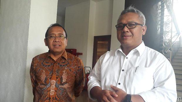 Mensesneg Pratikno (kiri) dan Ketua KPU Arief Budiman (kanan)