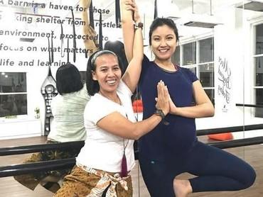 Walaupun lagi hamil, wanita yang akrab dipanggil Zizi ini rajin banget ikut yoga. (Foto: Instagram/zivannaletisha)