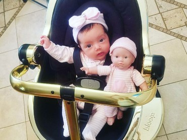 Imut maksimal! Duduk bareng boneka di car seat, pakai baju bernuansa sama pula. (Foto: Instagram/ @tinasugandh)