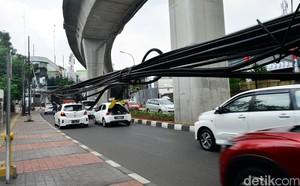 Duh, Kabel Semrawut Bahayakan Pengguna Jalan