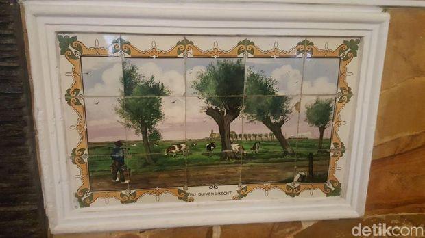 Lukisan keramik zaman kolonial berjejer di dinding/