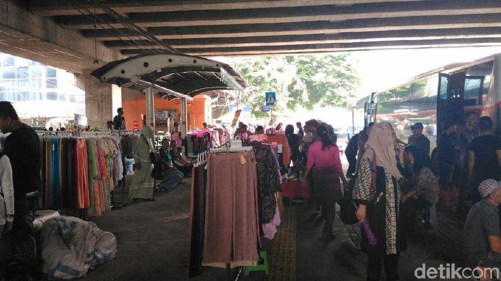 Gelar Lapak di Trotoar, Pedagang Tanah Abang Ngaku Omzetnya Naik