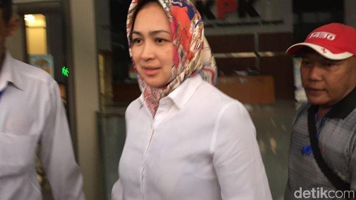 Wali Kota Tangerang Selatan (Tangsel) Airin Rachmi Diany menjalani pemeriksaan di KPK. Pemeriksaan Airin berkaitan dengan penyelidikan suatu perkara.