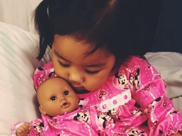 Gemes banget kalo melihat si kecil sama bonekanya pakai baju samaan dan berpose kayak gini. (Foto: Instagram/ @neekolie)