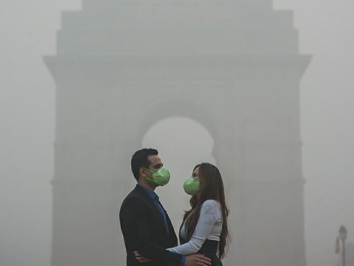 Mereka yang foto pranikah dengan latar belakang polusi udara. (Foto: Instagram/banjarastudios)