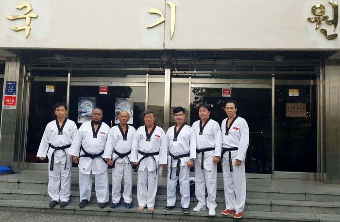 Enam Master itu dari UTI Pro bersama Pembina Yayasan Universal Taekwondo Indonesia (YUTI) dan Universal Taekwondo Indonesia UTI Pro, Grand Master Lioe Nam Khiong. Pool/YUTI.