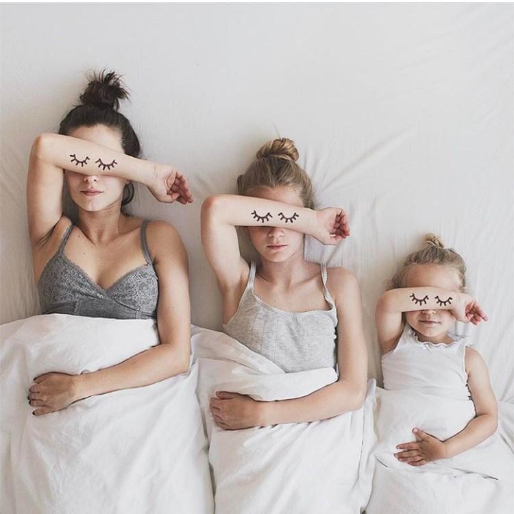 Anak-anak, ikuti gaya bunda saat tidur ya. Bagus! (Foto: Instagram @allthatisshetagram)