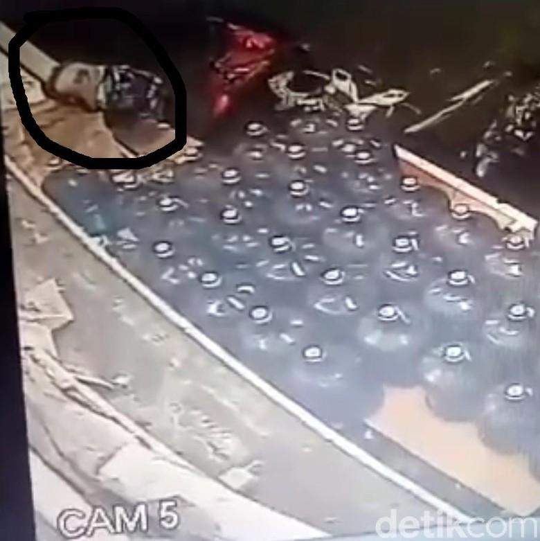 Aksi Brutal Kelompok Bertopeng Aniaya Pemuda Terekam CCTV